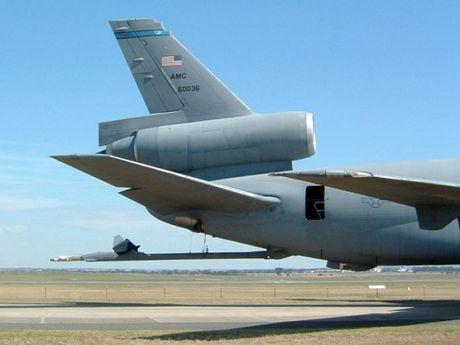May bay KC-10 cua My roi mat can tiep nhien lieu khi tap tran - Anh 1