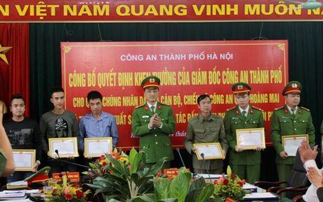 Khen thuong cac ca nhan tham gia kham pha nhanh vu an giet nguoi, cuop tai san tai pho Ngu Nhac - Anh 1