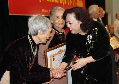 Trao Huy hieu Dang cho 128 dang vien quan Hoan Kiem - Anh 1
