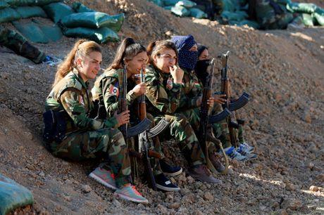 Nhung nu chien binh nguoi Kurd tren chien truong chong IS o Mosul - Anh 15