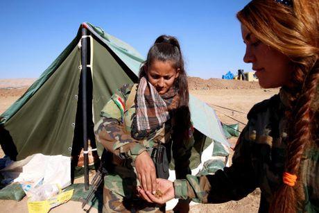 Nhung nu chien binh nguoi Kurd tren chien truong chong IS o Mosul - Anh 9