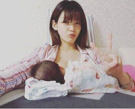 Ban sao Song Hye Kyo bi chi trich vi chup anh tu suong khi dang cho con bu - Anh 1