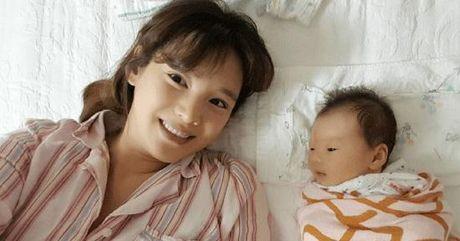 Ban sao Song Hye Kyo bi chi trich vi chup anh tu suong khi dang cho con bu - Anh 2