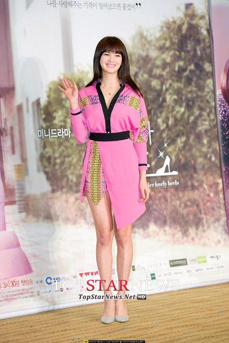 Ban sao Song Hye Kyo bi chi trich vi chup anh tu suong khi dang cho con bu - Anh 8