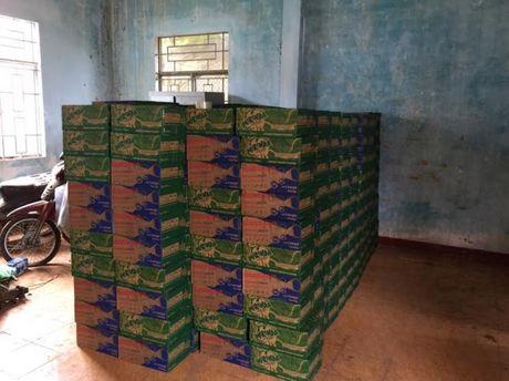 Binh Phuoc: Bat doi tuong van chuyen 600 thung nuoc ngot lau tu Campuchia - Anh 1
