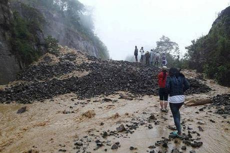 Quang Binh: Canh bao tinh trang sat lo nghiem trong sau lu - Anh 1