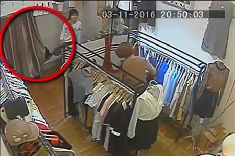 Nu quai trom vi tien cua khach chua 10 trieu dong trong shop quan ao - Anh 3