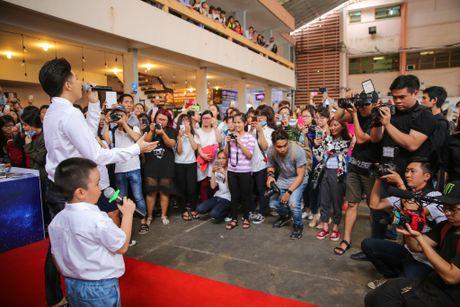 Noo Phuoc Thinh cuoi tit mat khi duoc fan nhi hon - Anh 1