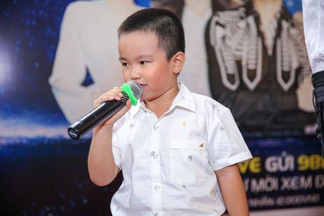 Noo Phuoc Thinh cuoi tit mat khi duoc fan nhi hon - Anh 2