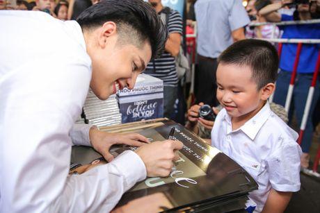 Noo Phuoc Thinh cuoi tit mat khi duoc fan nhi hon - Anh 4