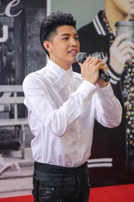 Noo Phuoc Thinh cuoi tit mat khi duoc fan nhi hon - Anh 5