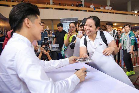 Noo Phuoc Thinh cuoi tit mat khi duoc fan nhi hon - Anh 6