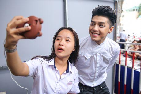 Noo Phuoc Thinh cuoi tit mat khi duoc fan nhi hon - Anh 8