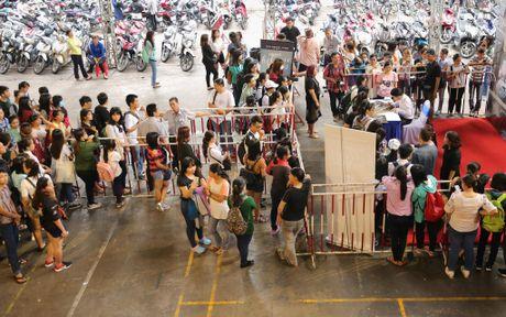 Noo Phuoc Thinh cuoi tit mat khi duoc fan nhi hon - Anh 9