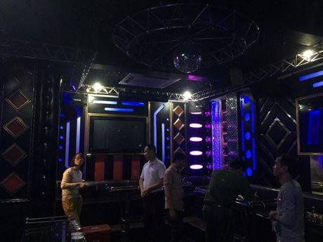 Dich than Chu tich phuong cung cong an thi sat quan karaoke - Anh 10