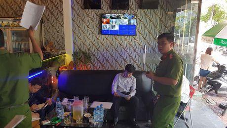 Dich than Chu tich phuong cung cong an thi sat quan karaoke - Anh 13