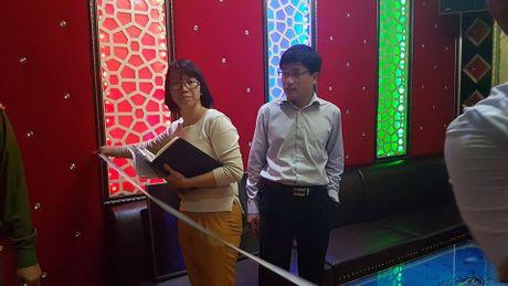Dich than Chu tich phuong cung cong an thi sat quan karaoke - Anh 5