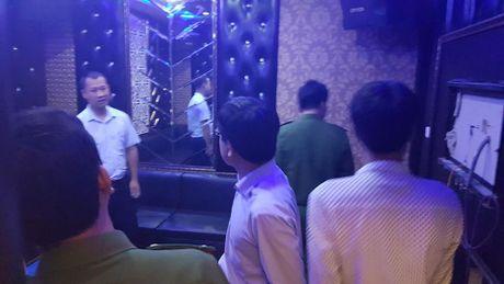 Dich than Chu tich phuong cung cong an thi sat quan karaoke - Anh 6