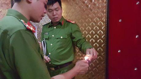 Dich than Chu tich phuong cung cong an thi sat quan karaoke - Anh 9