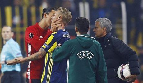 Ibrahimovic bop co doi thu truoc mat Mourinho, doi dien an phat nang - Anh 1