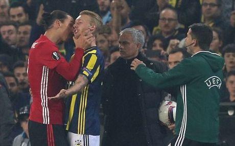Ibrahimovic bop co doi thu truoc mat Mourinho, doi dien an phat nang - Anh 2