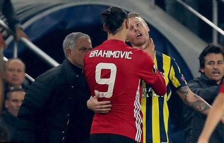 Ibrahimovic bop co doi thu truoc mat Mourinho, doi dien an phat nang - Anh 3