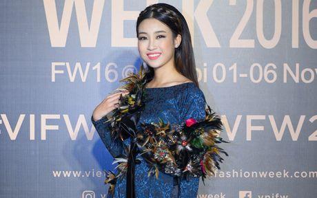 Hoa hau My Linh quang khan dinh long ga di xem trinh dien thoi trang - Anh 2