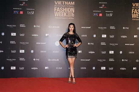 Hoa hau My Linh quang khan dinh long ga di xem trinh dien thoi trang - Anh 7