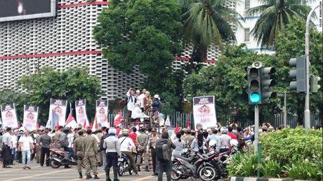 Hinh anh bieu tinh co the dan den nguy co bao loan o Jakarta - Anh 1
