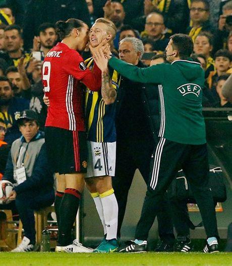 Chum anh: Mourinho nhu 'nguoi vo hon' sau tham bai truoc Fenerbahce - Anh 10