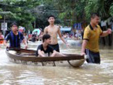 Clip: Nguoi dan Nha Trang cheo thuyen tren pho chay lu - Anh 1