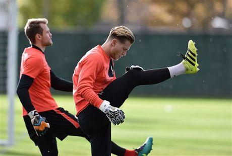 Mac tin don ra di, Coutinho van hang hai tap luyen cung Liverpool - Anh 5