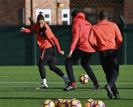 Mac tin don ra di, Coutinho van hang hai tap luyen cung Liverpool - Anh 6