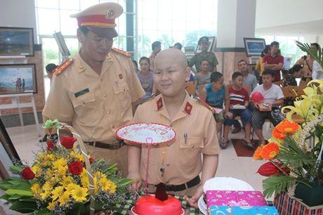 Truong Phong CSGT Da Nang roi nuoc mat tien biet 'dong nghiep nhi' - Anh 1