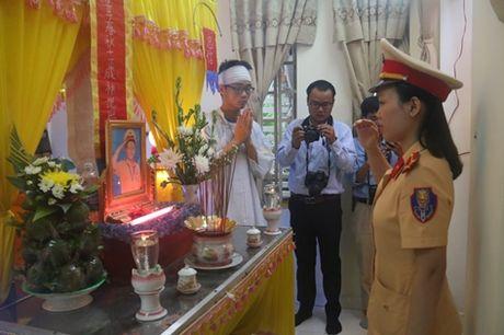 Truong Phong CSGT Da Nang roi nuoc mat tien biet 'dong nghiep nhi' - Anh 3