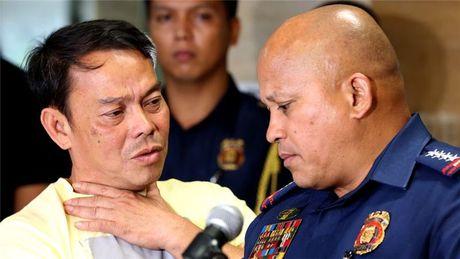 Thi truong Philippines bi ban chet khi dang ngoi tu - Anh 1