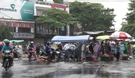Thanh pho Tuy Hoa, Phu Yen con ngap nuoc, cho chuyen hop hai ngay - Anh 1