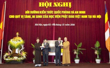 Trao chung nhan boi duong kien thuc quoc phong va an ninh cho 549 tang ni - Anh 1