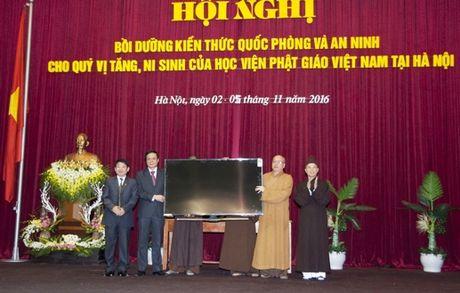 Trao chung nhan boi duong kien thuc quoc phong va an ninh cho 549 tang ni - Anh 2