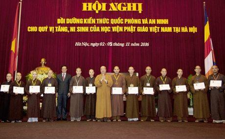 Trao chung nhan boi duong kien thuc quoc phong va an ninh cho 549 tang ni - Anh 3