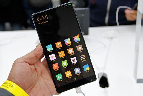 Smartphone cua tuong lai Mi Mix chay hang sau 10 giay - Anh 1