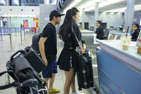 Dong Nhi va ban trai gian di tai san bay khi sang du MTV EMA - Anh 3