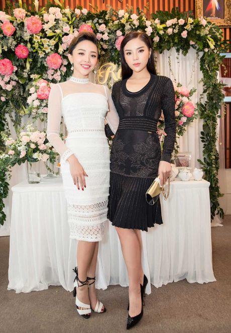 Hoa hau Ky Duyen, Toc Tien do dang o su kien - Anh 1