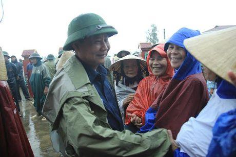 Tap doan Loc Troi mong giup ba con mien Trung co 'can cau' - Anh 2
