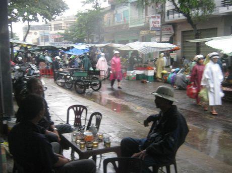 Phu Yen: Cho lon chay lu, cac mat hang thiet yeu tang gia - Anh 1