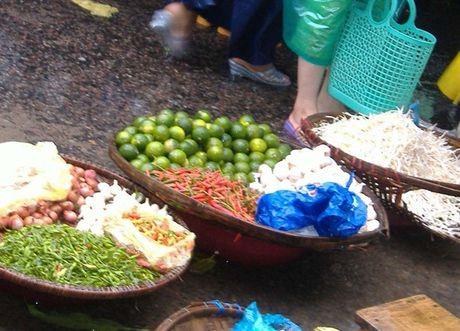 Phu Yen: Cho lon chay lu, cac mat hang thiet yeu tang gia - Anh 4