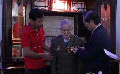 Trao Huy hieu 65 nam tuoi Dang cho Viet kieu Lao - Anh 1