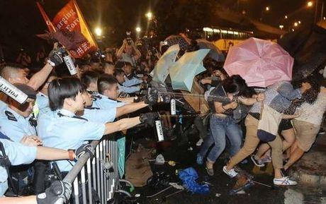 Reuters: 20 nguoi bieu tinh trung hoi cay cua canh sat Hong Kong - Anh 1