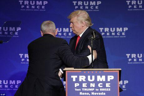 Bau cu My: Donald Trump thao chay khi co muu sat - Anh 2