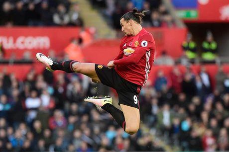 Lap cu dup, Ibrahimovic di vao lich su Premier League - Anh 1